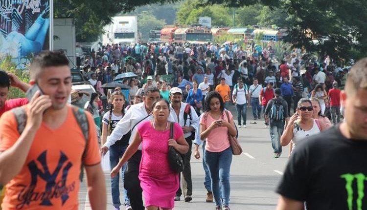 Por los bloqueos las personas tuvieron que caminar varios kilómetros para llegar a sus destinos. (Foto Prensa Libre: Corresponsales)