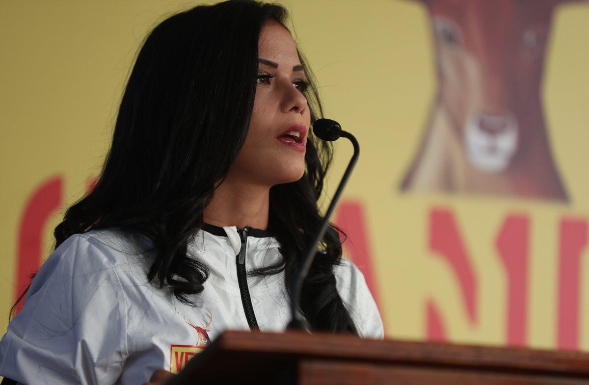 La fisioterapista se ganó el cariño de la afición mazateca. (Foto Prensa Libre: AFP)