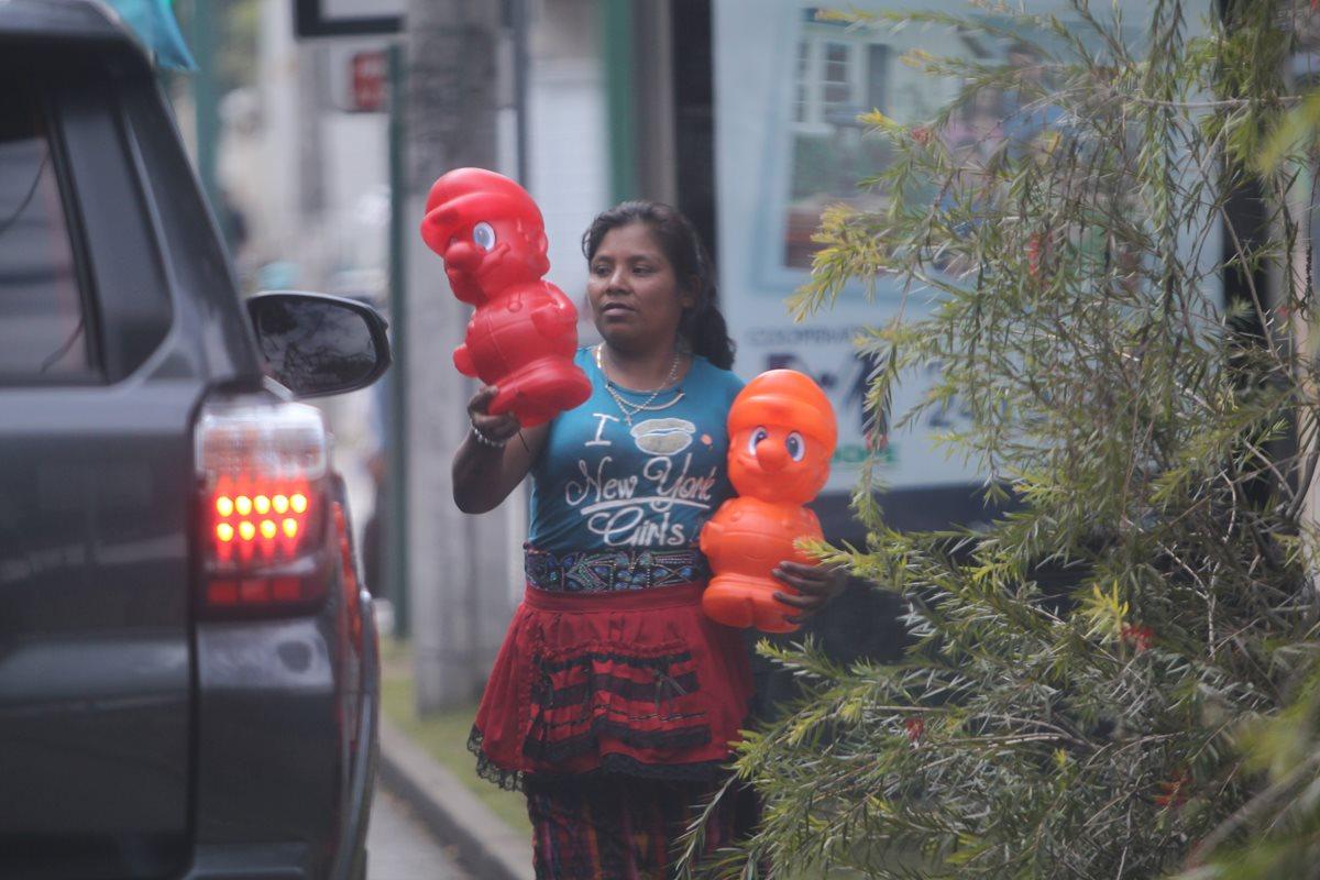 Vendedores informales evaden a la autoridad en la ciudad para trabajar