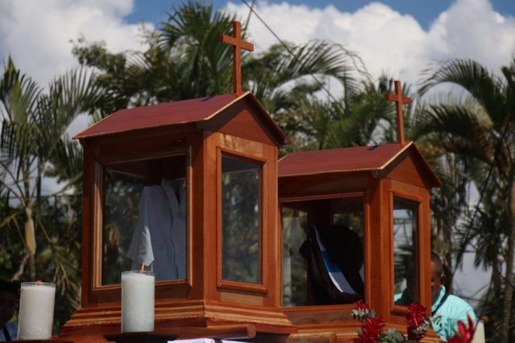Las reliquias de Fray Tulio Maruzzo y Luis Obdulio Arroyo fueron llevadas al altar mayor.