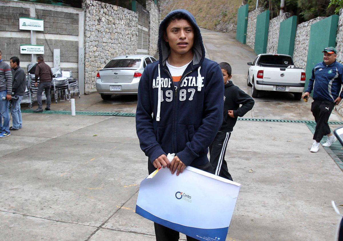 Carlos Mejía deberá esperar otras tres semanas para volver a la cancha. (Foto Prensa Libre: Carlos VIcente)