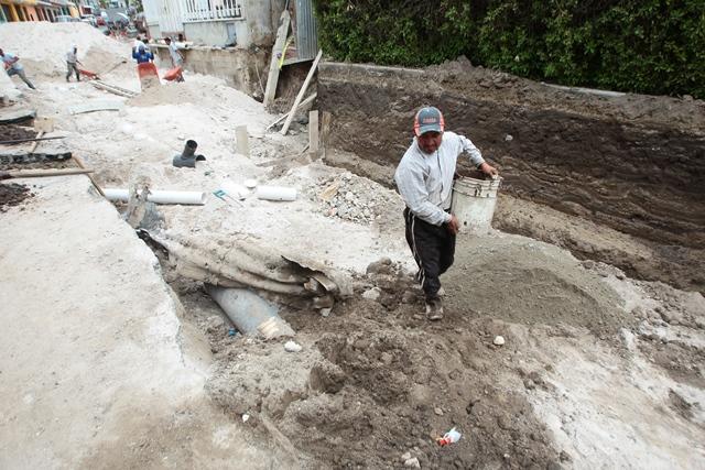 Hundimiento formado  porque la tubería metálica está corroida y el agua se filtra en el suelo. (Foto Prensa LIbre: Roberto Morales)