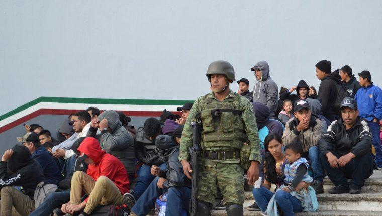 La semana pasada en Tamaulipas, México. Las autoridades mexicanas rescataron a un total de 301 migrantes centroamericanos que eran transportados en precarias condiciones. (Foto Prensa Libre: EFE)