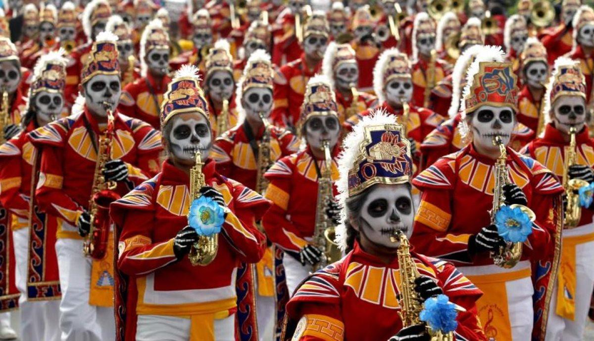 En México se conmemora el Día de muertos con un colorido desfile. (Foto Prensa Libre:AFP)