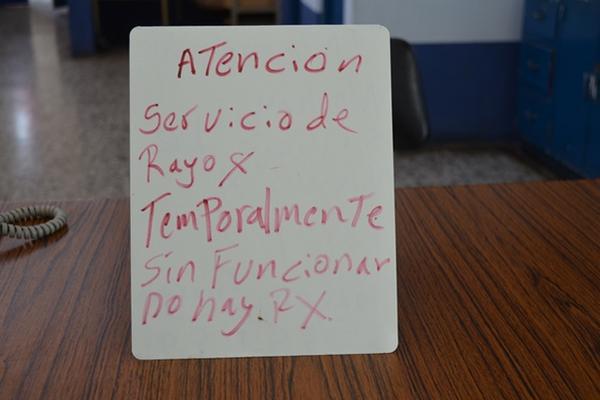 Un rótulo improvisado anuncia que no hay servicio de rayos X en el Hospital Nacional de Retalhuleu. (Foto Prensa Libre: Jorge Tizol)