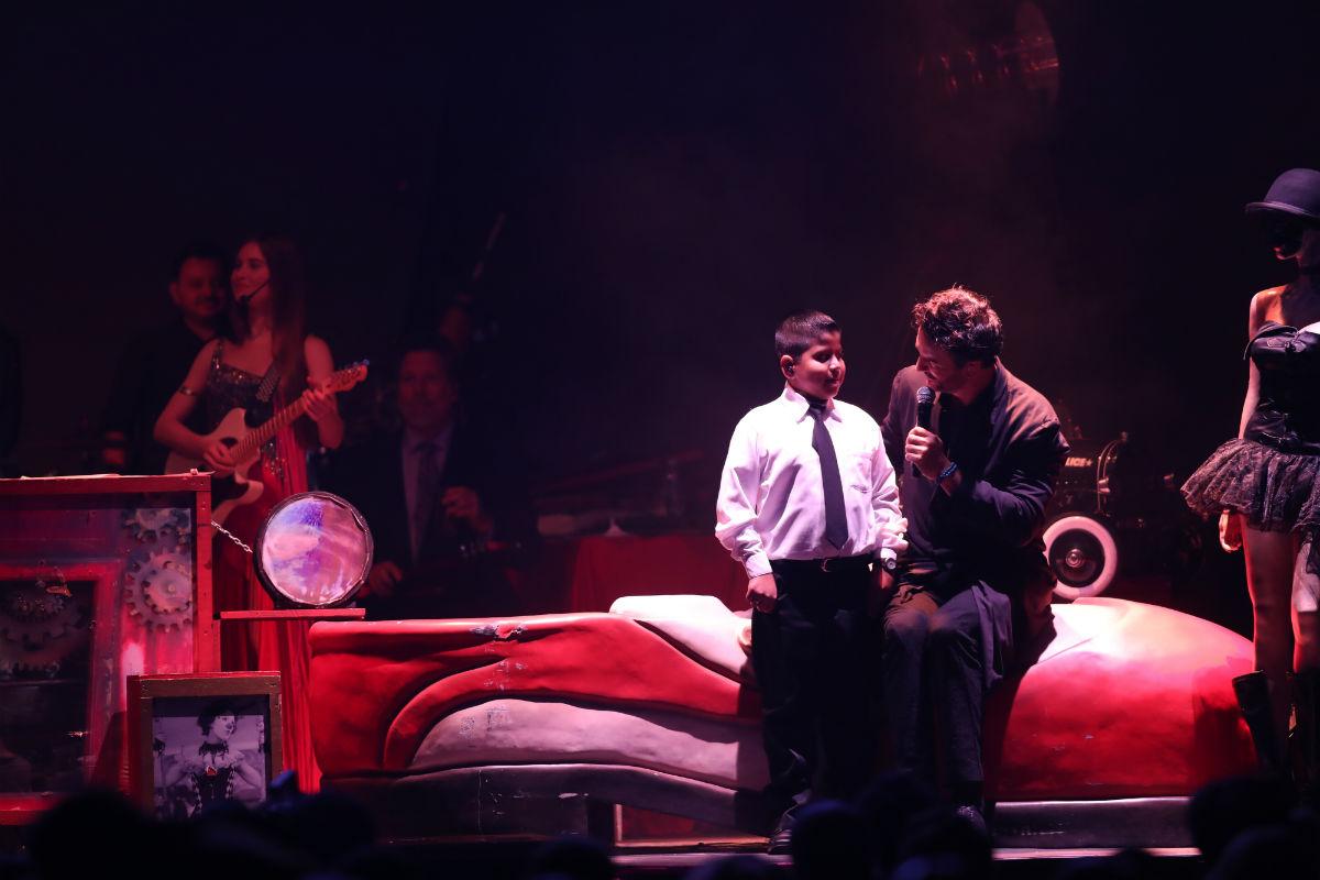 César Roberto Hernández Rosa compartió escenario con Ricardo Arjona. (Foto Prensa Libre: Keneth Cruz)
