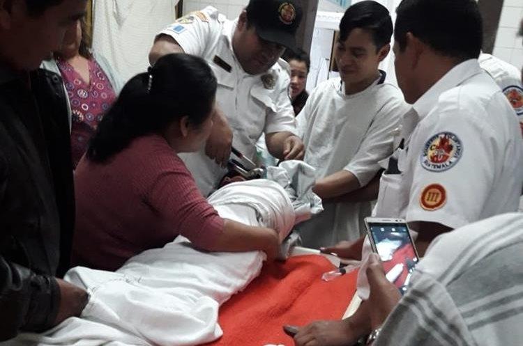 Para cortar el pichel fue necesario sedar al menor, debido a que no dejaba de llorar. (Foto Prensa Libre: Cortesía Víctor Chamalé)