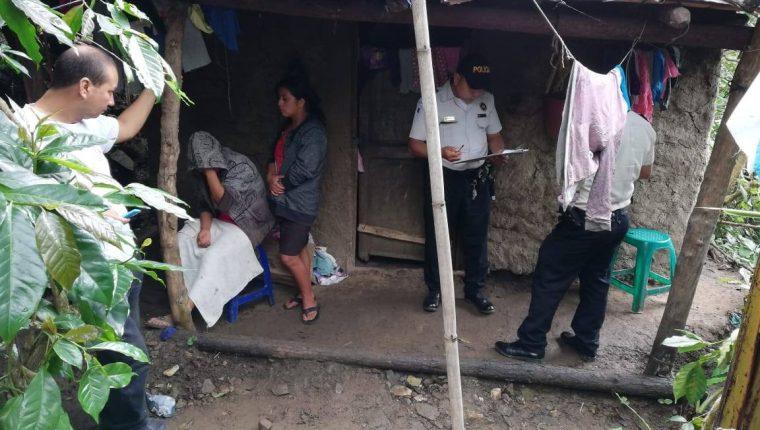Autoridades recaban indicios en la vivienda donde murió el bebé, en Chiquimula. (Foto Prensa Libre: Mario Morales).