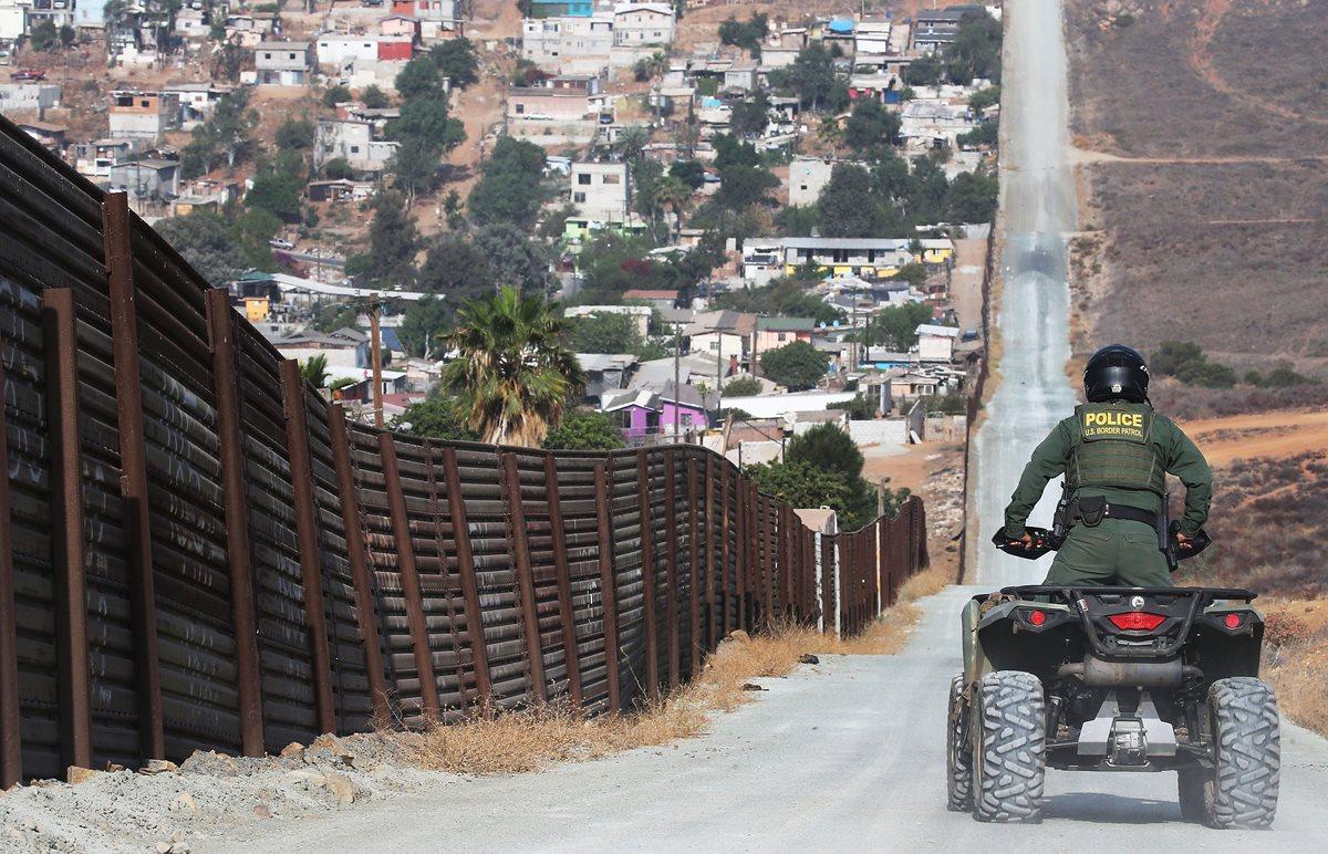Den la vuelta y regrésense a su país, advierte Donald Trump a caravana de migrantes