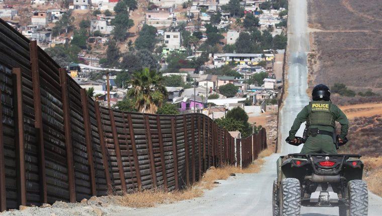Un agente de la Patrulla Fronteriza vigila la frontera sur estadounidense con México. (Foto Prensa Libre: Hemeroteca PL)