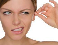 Además de lesiones en los oídos, usar bastoncitos aumenta el riesgo de que se cree un tapón de cerúmen, al empujar la cera hacia el interior del conducto auditivo. (GETTY IMAGES)