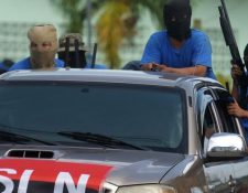 Ortega dice que los paramilitares no tienen ningún vínculo con su gobierno, pero muchos portan los símbolos de su partido. (AFP)