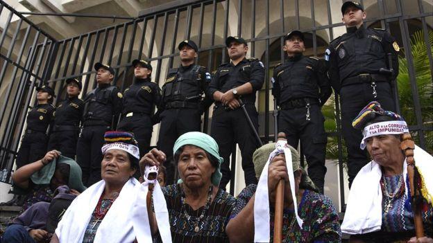 El mundo maya y el de las tradiciones occidentales están claramente divididos en Guatemala. GETTY IMAGES