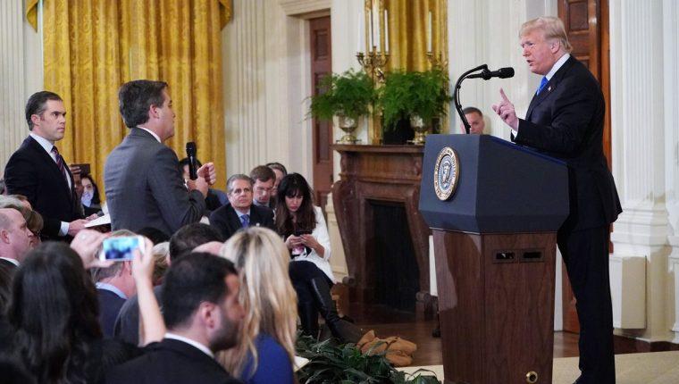 Periodista de CNN causó el enojo de Donald Trump con sus cuestionamientos y mandó quitarle el micrófono. (Foto Prensa Libre: AFP)