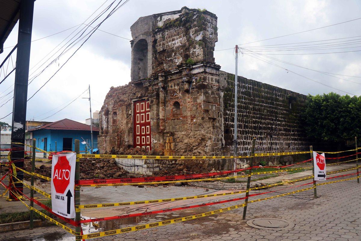 Iglesia Santa Lucía fue circulada como medida de prevención, ya que la estructura está a punto de colapsar. (Foto Prensa Libre: Rolando Miranda)