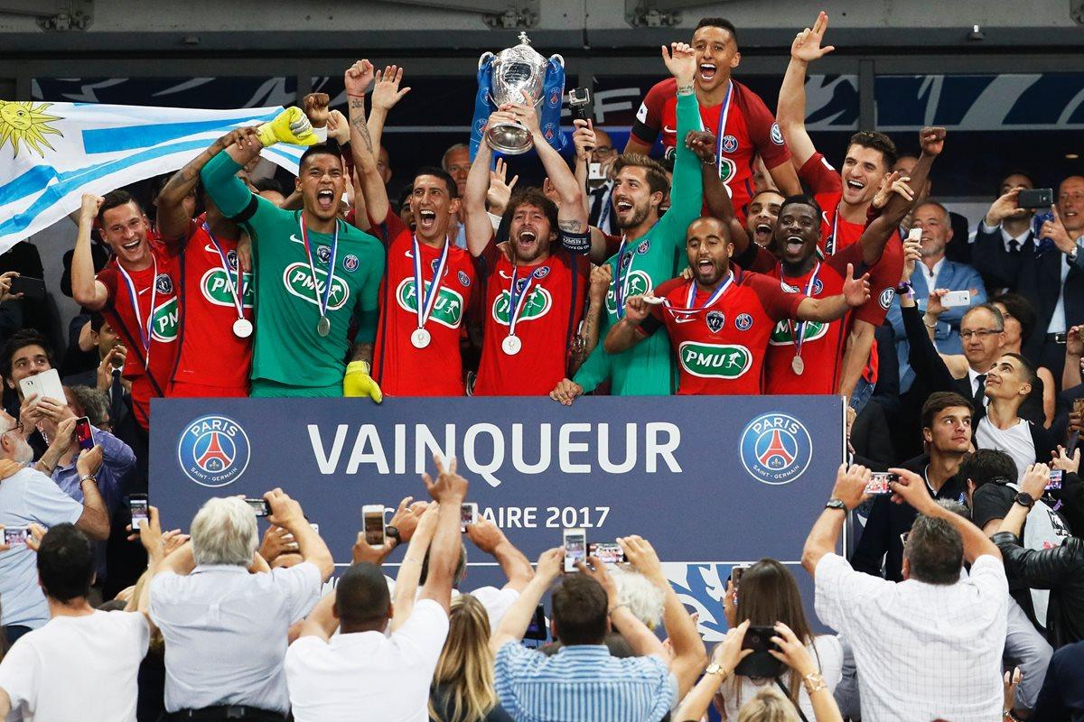 Los jugadores del PSG levantan la Copa de Francia. (Foto Prensa Libre: AFP)