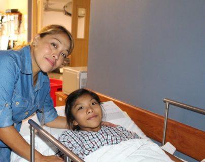 Karily Guadalupe Rivas Urízar junto a su mamá, Yenifer Marisol Urízar, luego de la operación.(Foto Prensa Libre: Cortesía Fundación Ayúdame a Escuchar Bárbara Nicolle)
