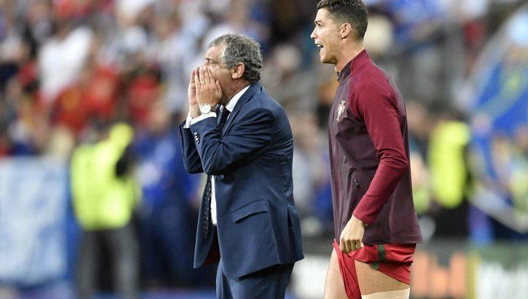 Fernando Santos y Cristiano Ronaldo durante la final de la Eurocopa 2016. (Foto Prensa Libre: AP)