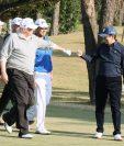 Donald Trump (C) saluda al primer ministro japonés Shinzo Abe (d) jugando golf con el golfista profesional japonés Hideki Matsuyama (2da d) en el Kasumigaseki.(Foto Prensa Libre;AFP).