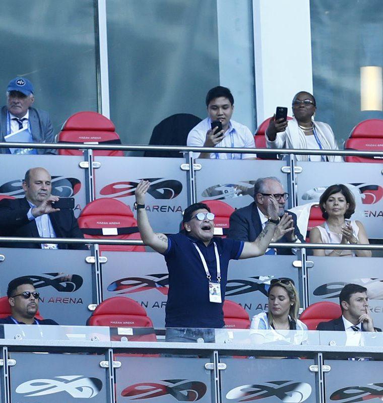 Diego Maradona alza los brazos durante una acción del juego entre Francia y Argentina. (Foto Prensa Libre: AFP)
