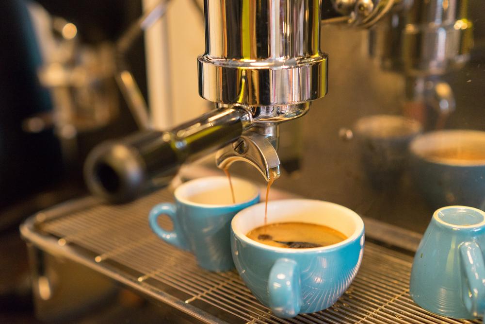 Tomar cursos de baristas ayudarán en la preparación del café, pero no debe olvidar el local, permisos y registros sanitarios y fiscales entre otros. (Foto, Prensa Libre: Shutterstock).