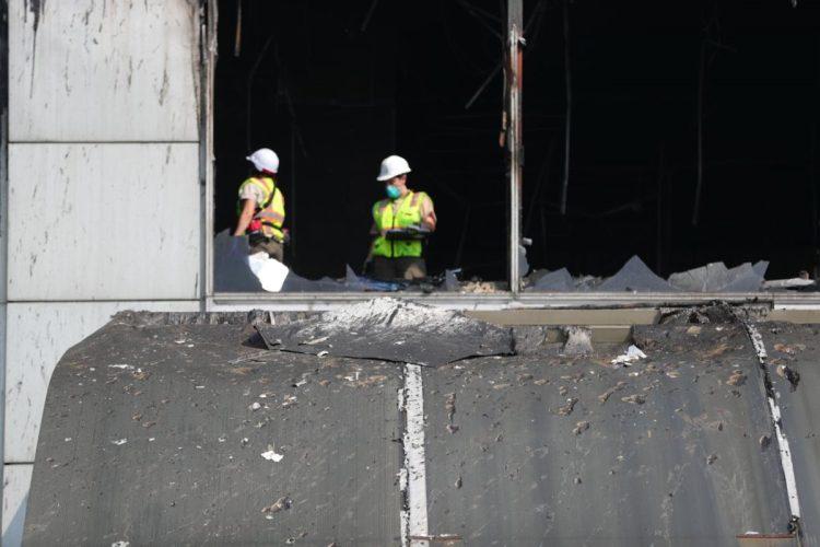 Luego del incendio, equipo del centro comercial procedió a hacer una inspección del lugar donde se produjo el incendio.