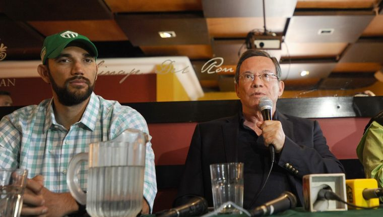 Rafael Arreaga, presidente de Antigua GFC, durante la conferencia a la prensa donde lamentó los hechos de violencia del domingo. (Foto Prensa Libre: Francisco Sánchez).