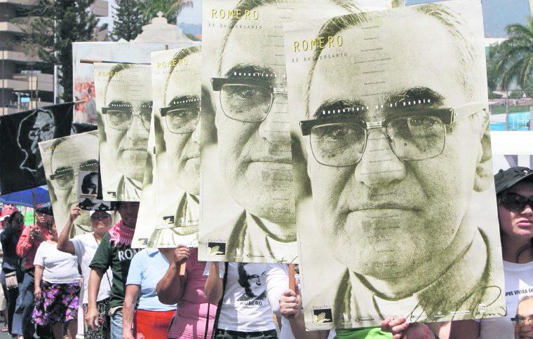 El mártir salvadoreño monseñor Romero fue beatificado el 23 de mayo de 2016 en la capital de El Salvador. (Foto Prensa Libre: Hemeroteca PL)