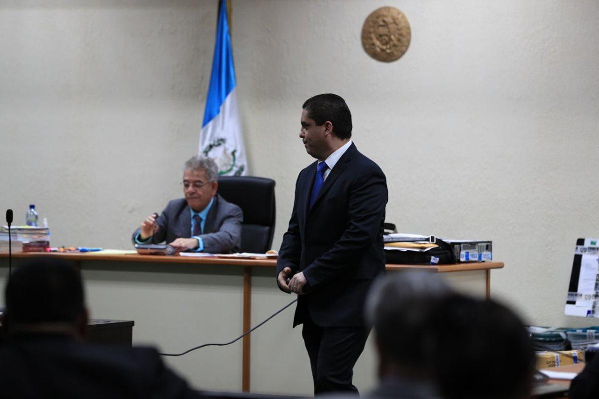 El exsecretario privado de Roxana Baldetti, Juan Carlos Monzón, declara en anticipo de prueba por el caso Cooptación del Estado ante el juez Miguel Ángel Gálvez. (Foto Prensa Libre: Carlos Hernández)