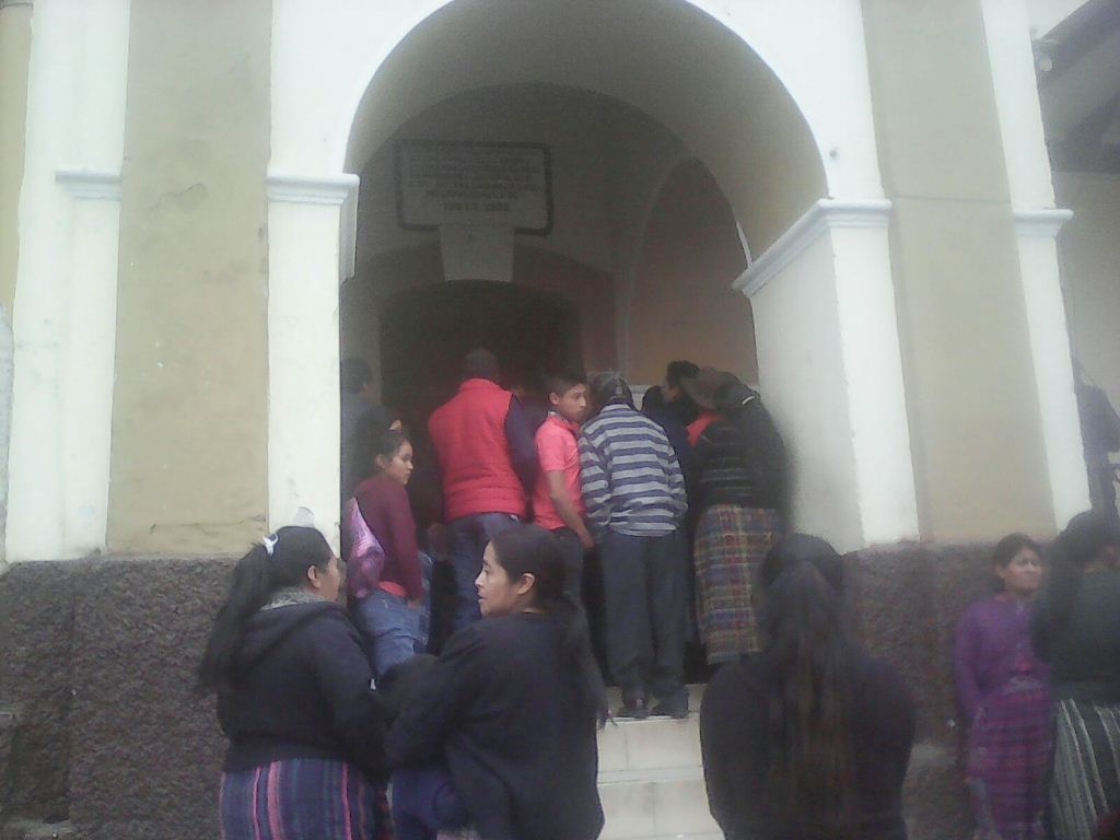Vecinos permanecen frente a la comuna de San Francisco El Alto, Totonicapán. (Foto Prensa Libre: Édgar Domínguez).