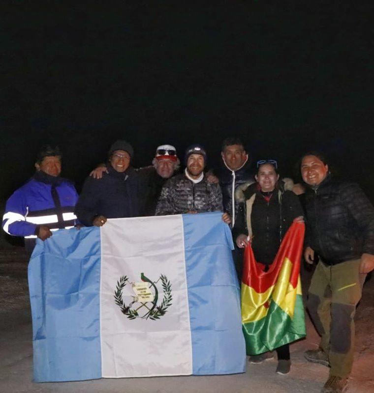 Juan Carlos Sagastume comparte con el equipo que lo ayudó a completar la hazaña. (Foto Prensa Libre: Cortesía Juan Carlos Sagastume).