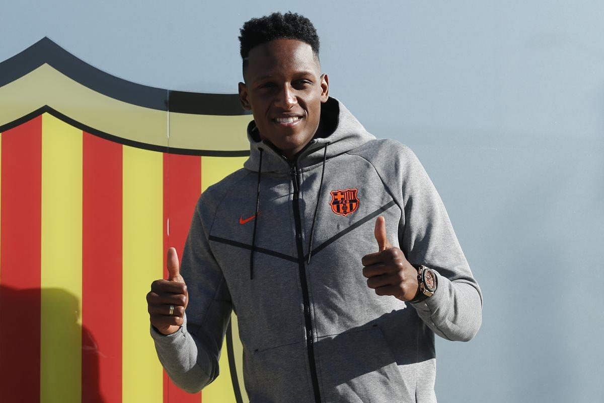 El defensa Yerry Mina es oficialmente el primer colombiano que jugará en el FC Barcelona. (Foto Prensa Libre: AFP)
