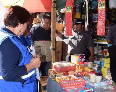Personal de diferentes instituciones que integran en Plan Belén verifican una venta de juegos pirotécnicos en el mercado La Democracia.(Foto Prensa Libre)