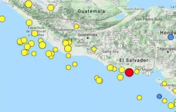 El punto rojo muestra el lugar donde se registró el epicentro del sismo. (Foto Prensa Libre: Insivumeh).