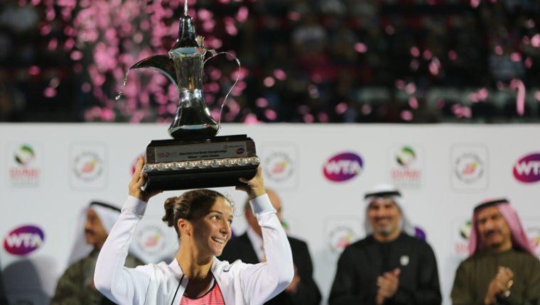 Errani levanta el trofeo de campeona en Dubái. (Foto Prensa Libre: AP)