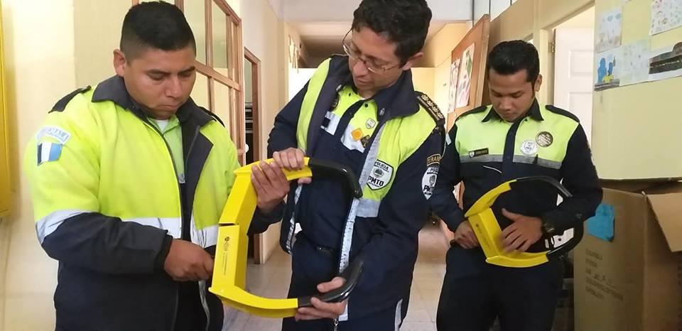 El director de la Policia Municipal de Tránsito de Xela, Diego Meckler, -al centro- muestra los cepos que adquirió la comuna. (Foto Prensa Libre: elQuetzalteco)