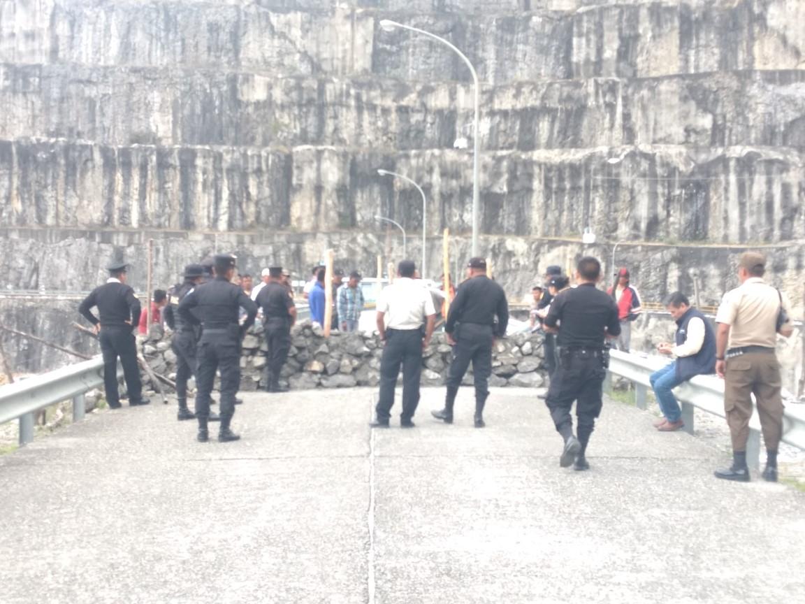 Policía derriba muro construido en represa de Chixoy por pobladores que exigen resarcimiento