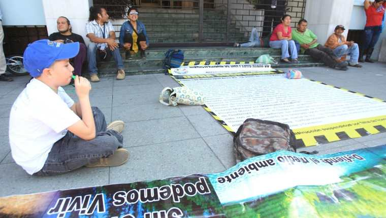 Pobladores de La Puya protestan frente a la Corte de Constitucionalidad por el incumplimiento a restricciones judiciales que la empresa minera incumple. (Foto Prensa Libre: Esbin García)