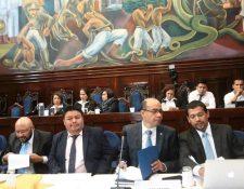 José Ramírez Crespín, junto a integrantes del equipo de transición de Morales, en la última discusión del Presupuesto en el Congreso. (Foto Prensa Libre: Hemeroteca PL)