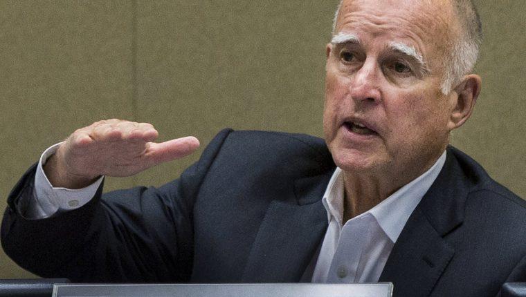 El gobernador de California, Jerry Brown, durante la conferencia de prensa. (Foto Prensa Libre: AP).