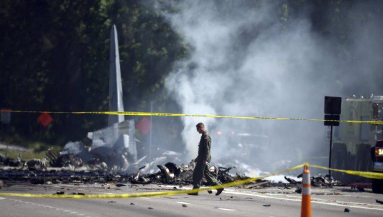 La cola de un avión militar C-130 sobresale de la carretera mientras los equipos de emergencia trabajan en el lugar del accidente en Port Wentworth, Georgia, EE. UU. (Foto Prensa Libre: EFE)