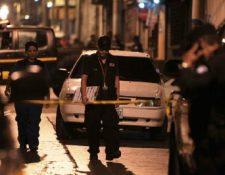 Peritos del Ministerio Público recaban evidencias en la escena del crimen. (Foto Prensa Libre: Paulo Raquec)