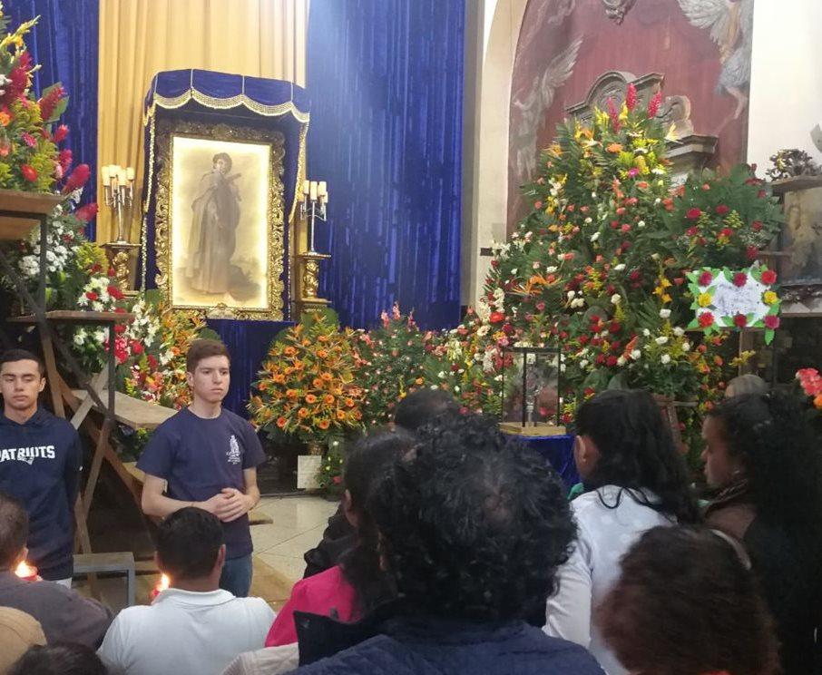Cientos de devotos visitan la imagen de San Judas Tadeo en la iglesia la Merced. (Foto Prensa Libre: Yanira Alvizurez)