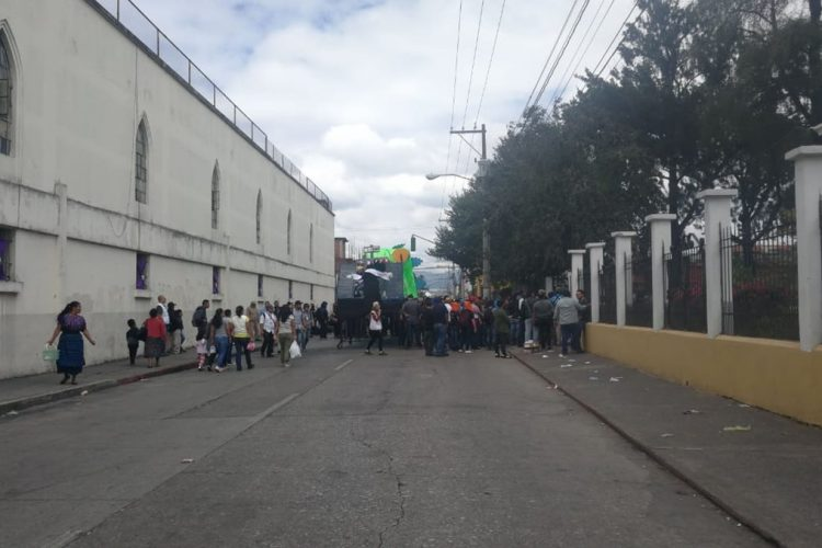 En el Paraninfo Universitario estudiantes de la AEU y otro grupo se enfrentaron a golpes.