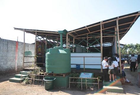 aula semilla, que funciona desde el 2013 en Escuintla. En ella se aprovecha el agua de lluvia, la luz solar, y se construyó con materiales renovables.