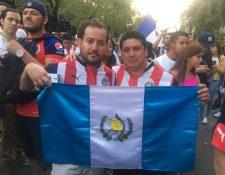 Luis Cuéllar y Raúl Pérez posan con la bandera de Guatemala, en México. (Foto Prensa Libre: Cortesía Enrique Villar - Diario Récord)