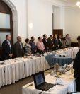 Los jefes de bloque guardaron un minuto de silencio en memoria del exdiputado Manuel Barquín. (Foto Prensa Libre: Carlos Álvarez)