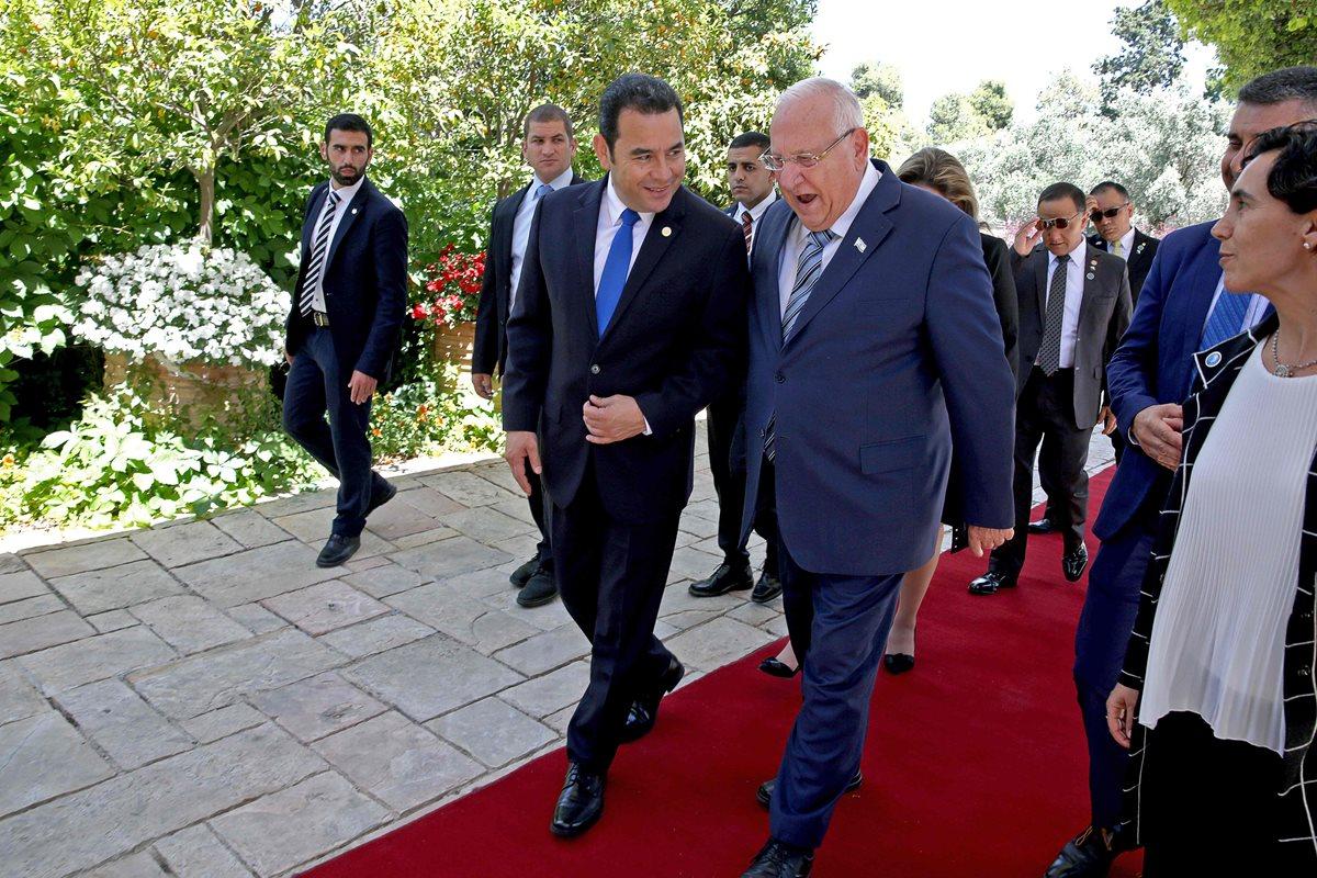 Los presidentes de Guatemala e Israel conversan mientras ingresan a la sede de gobierno israelí. (Foto Prensa Libre: AFP)