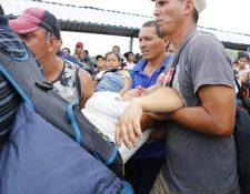 En la mañana se pudo observar hacinamiento en el puente Dr. Rodolfo Robles, lo que provocó desmayo a migrantes. (Foto Prensa Libre: Rolando Miranda)