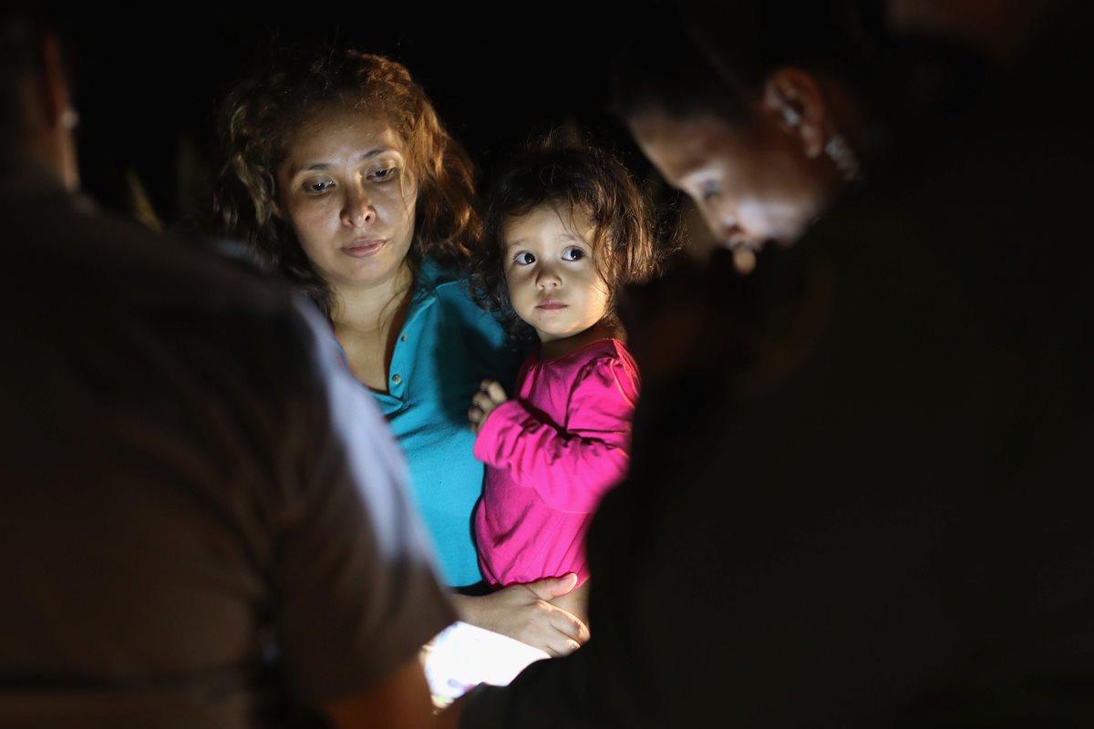 Un grupo de solicitantes de asilo centroamericanos llegan a la frontera entre Estados Unidos y México en McAllen, Texas.(AFP)